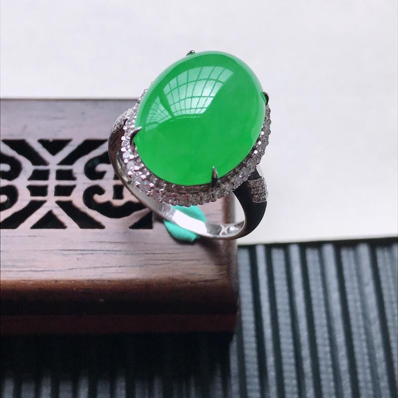 天然翡翠A货18K金镶嵌伴钻糯化种满绿精美蛋面戒指,内径尺寸18.3mm,裸石尺寸16.8-12.2