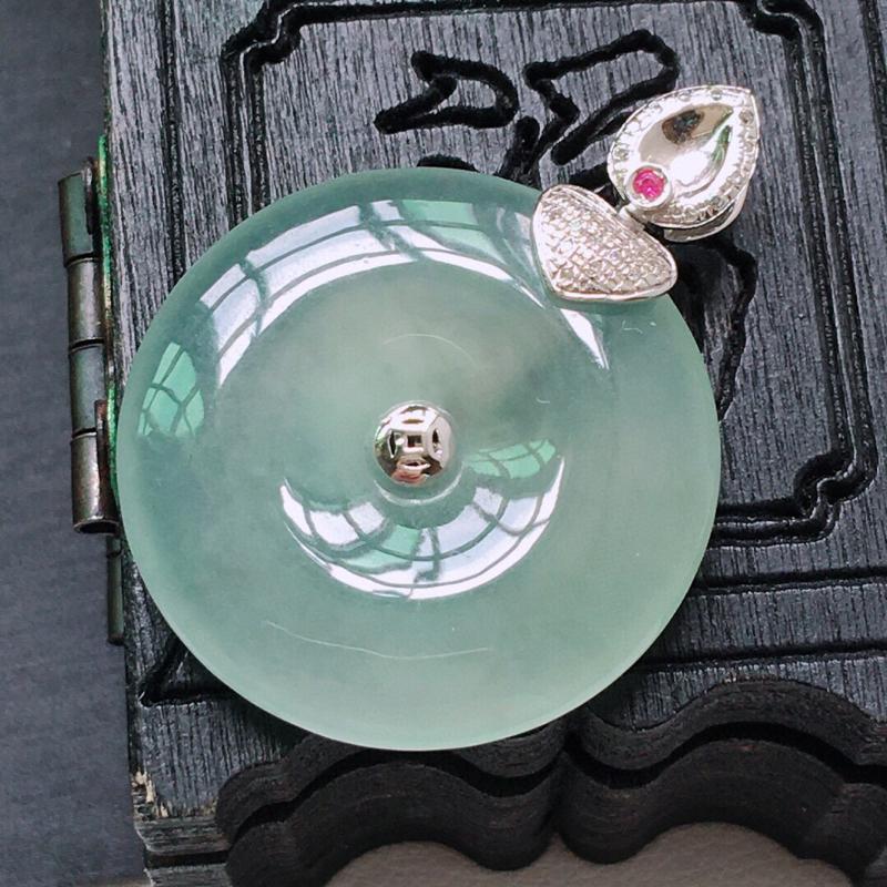 冰糯种起光18K金伴钻平安扣吊坠。缅甸天然翡翠A货. 品相好,料子细腻,雕工精美。尺寸:31*23*