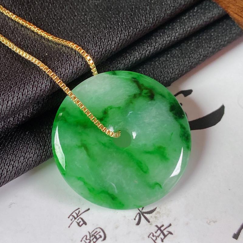 缅甸a货翡翠,飘绿平安扣吊坠,玉质细腻,颜色艳丽,圆润饱满,有种有色,佩戴效果更佳,项链为925银