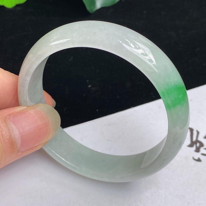 缅甸a货翡翠,水润飘绿正圈手镯52mm玉质细腻,水润飘绿,条形大方得体,佩戴效果更好