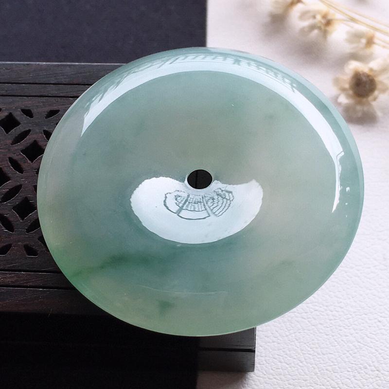 精品翡翠平安扣吊坠,雕工精美,玉质莹润,尺寸:玉:37*6.9MM,总质量:17.9g