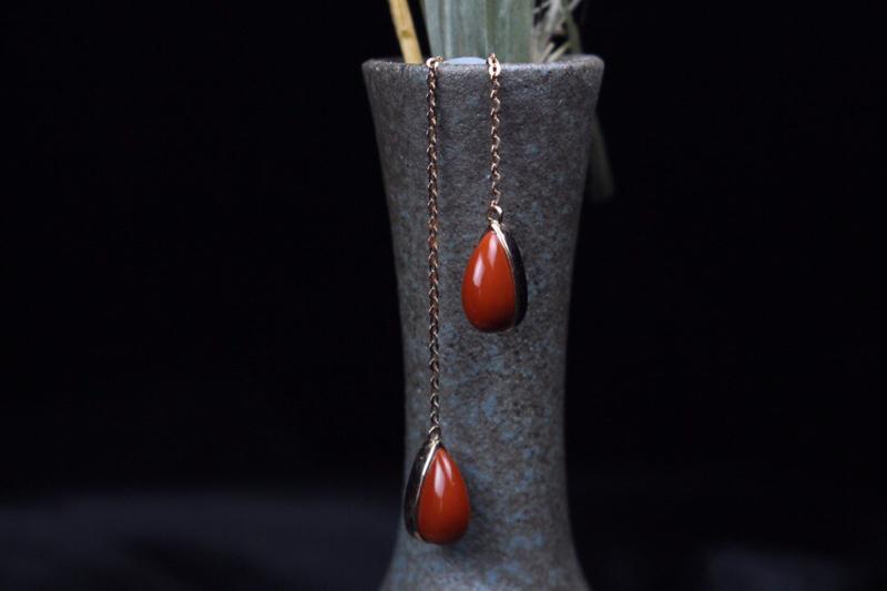 【耳线】红铁皮包浆鸡血锦红水滴裸石镶嵌耳线,裸石肉质细腻瓷实,尺寸圆润饱满,18k玫瑰金镶嵌,精致简