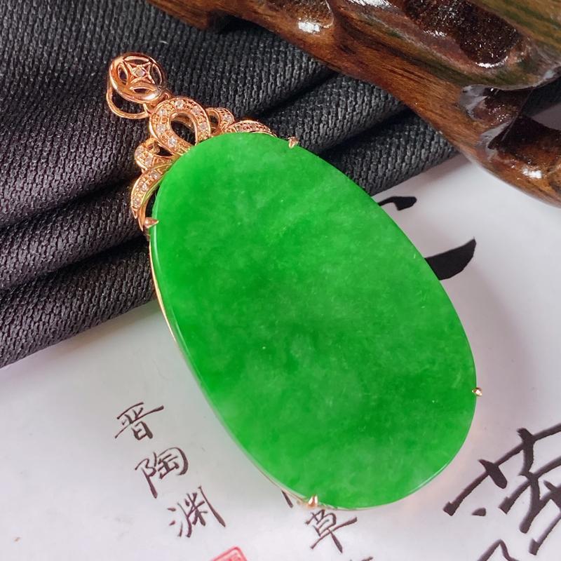 缅甸a货翡翠,18k金伴钻满绿无事牌挂件,玉质细腻,颜色艳丽,圆润光滑,佩戴效果更佳,整体42.9_