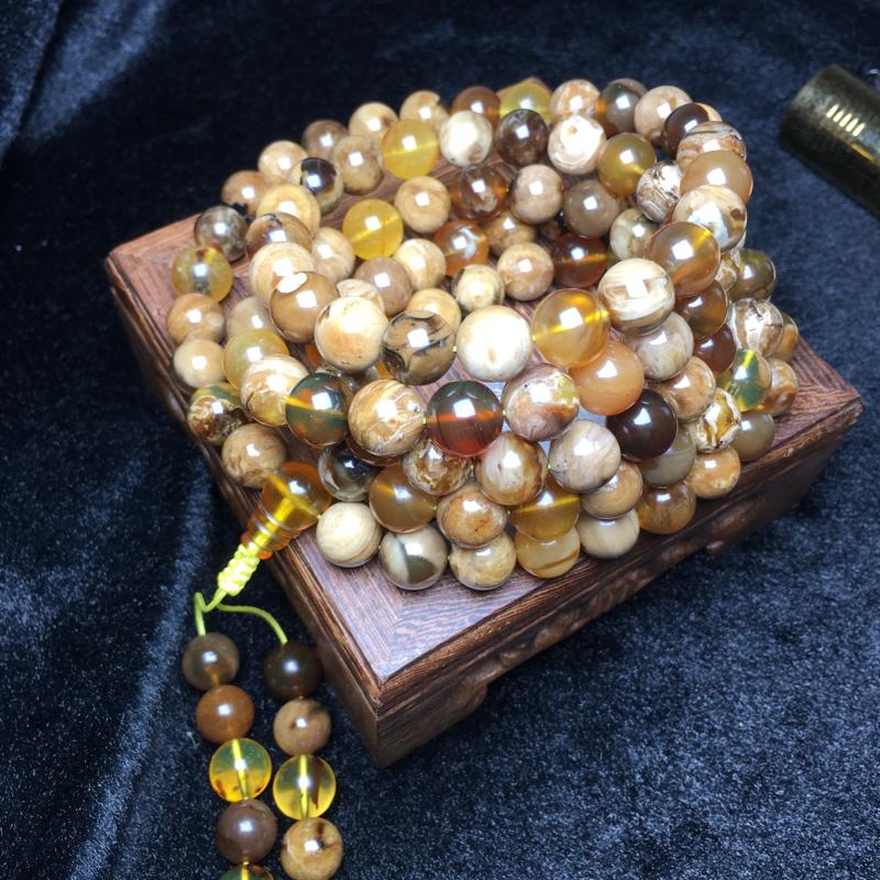 天然缅甸琥珀,精品白蜜溶洞蜜宝108珠链,颗颗特色,蜜汁细腻。油润饱满,收藏佩戴佳品。