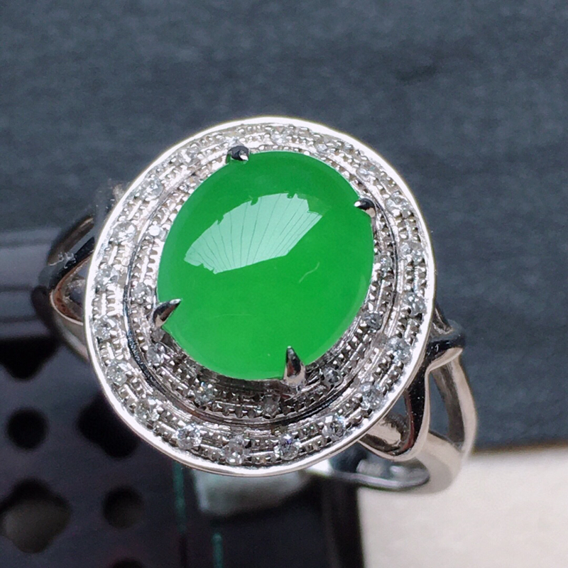 缅甸翡翠16圈口18k金伴钻豪华镶嵌带绿蛋面戒指,自然光实拍,颜色漂亮,玉质莹润,佩戴佳品,内径:1