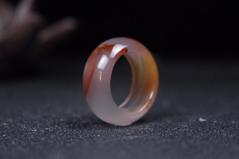 【指环】冰飘飘红指环,冰底晶莹剔透,飘红飘渺优美,有金粉散落,戒臂弧度舒适立体,纯手工抛光打磨,整体