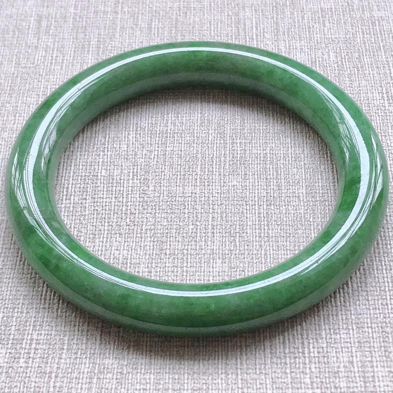 糯种满绿翡翠圆条手镯,圆润厚实,亮丽秀气,颜色好,色泽均匀,上手佩戴效果知性优雅,尺寸56.5*9