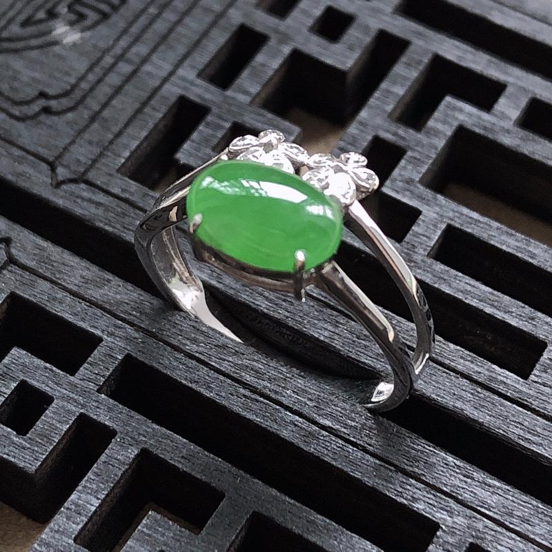 18K金镶嵌伴钻蛋面女款戒指,颜色好,种水佳、色泽均匀,品相好,玉质细腻, 上手效果优雅高贵,直径