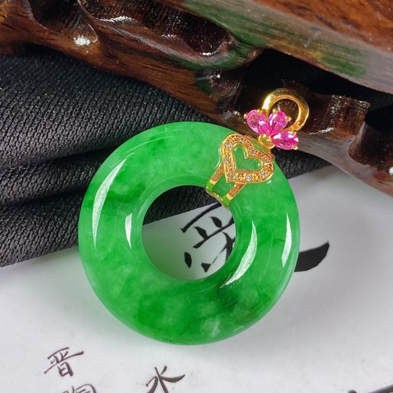 缅甸a货翡翠,18k金伴钻满绿平安环挂件,玉质细腻,颜色艳丽,有种有色,佩戴效果更佳,整体31.5_