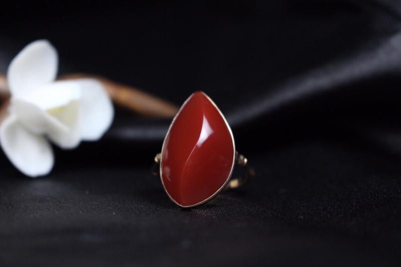 【戒指】玫瑰红随形裸石包边镶嵌女戒,色泽红润,珠光宝气感十足,高贵优雅,整体无胶无裂。
