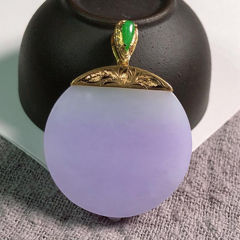 糯种紫罗兰翡翠,无事牌,玉质细腻,底子温润干净,紫色淡雅,色泽喜人,造型厚装饱满,18K镶嵌!
