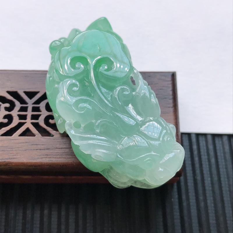 天然翡翠A货细糯种飘绿精美貔貅吊坠,尺寸47.5-26.2-13mm,玉质细腻,种水好
