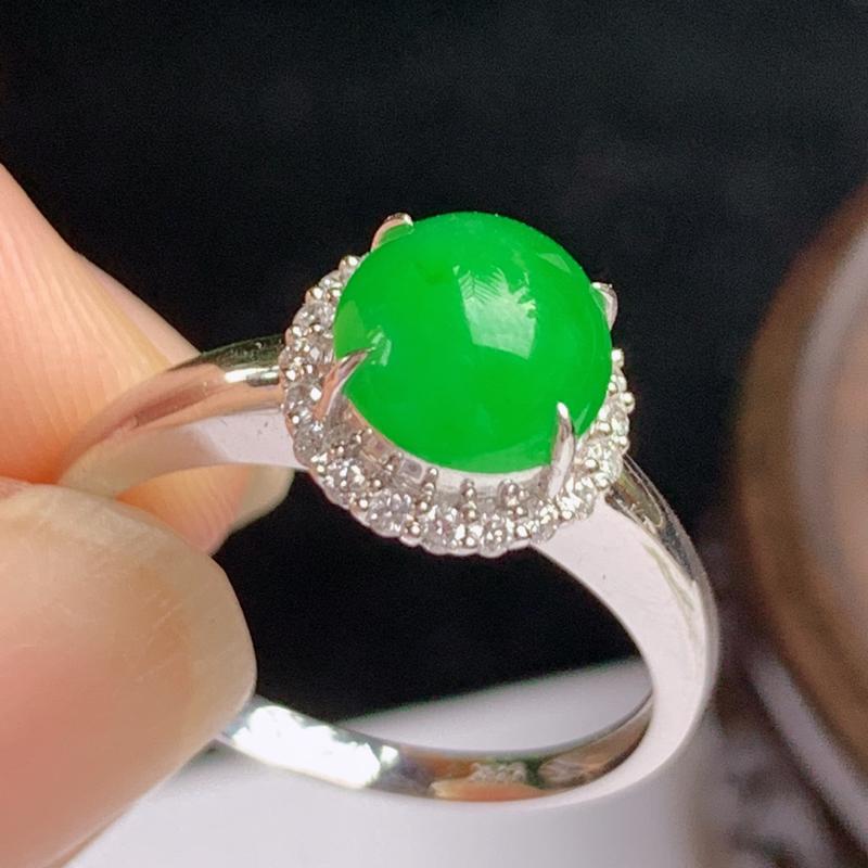 缅甸a货翡翠,18k金伴钻满绿戒指💍玉质细腻,颜色艳丽,有种有色,圆润光滑,佩戴效果更佳,整体9.8