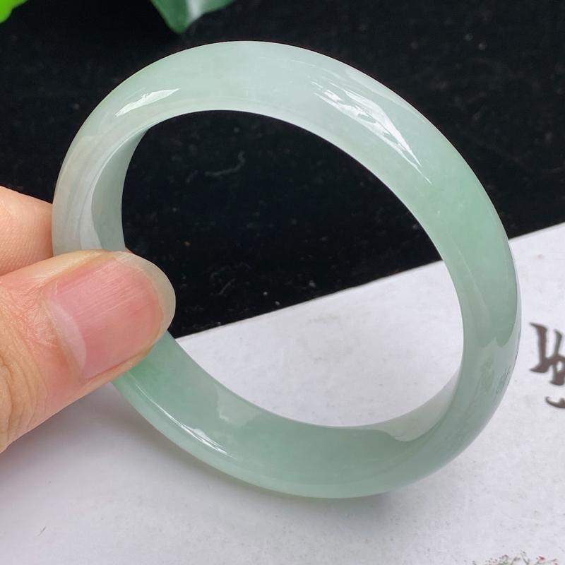 缅甸a货翡翠,水润淡绿贵妃手镯53.1mm 短内径48.3mm 玉质细腻,颜色艳丽,条形大方得体,佩