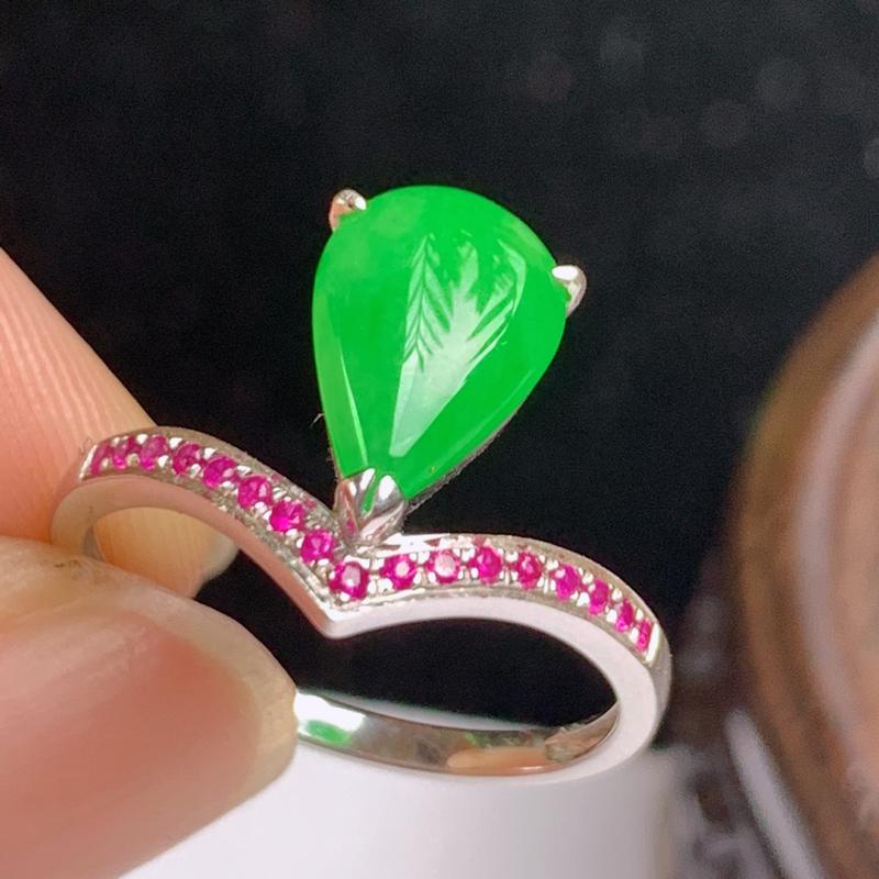 缅甸a货翡翠,18k金伴钻满绿戒指玉质细腻,颜色艳丽,有种有色,佩戴效果更好,13号