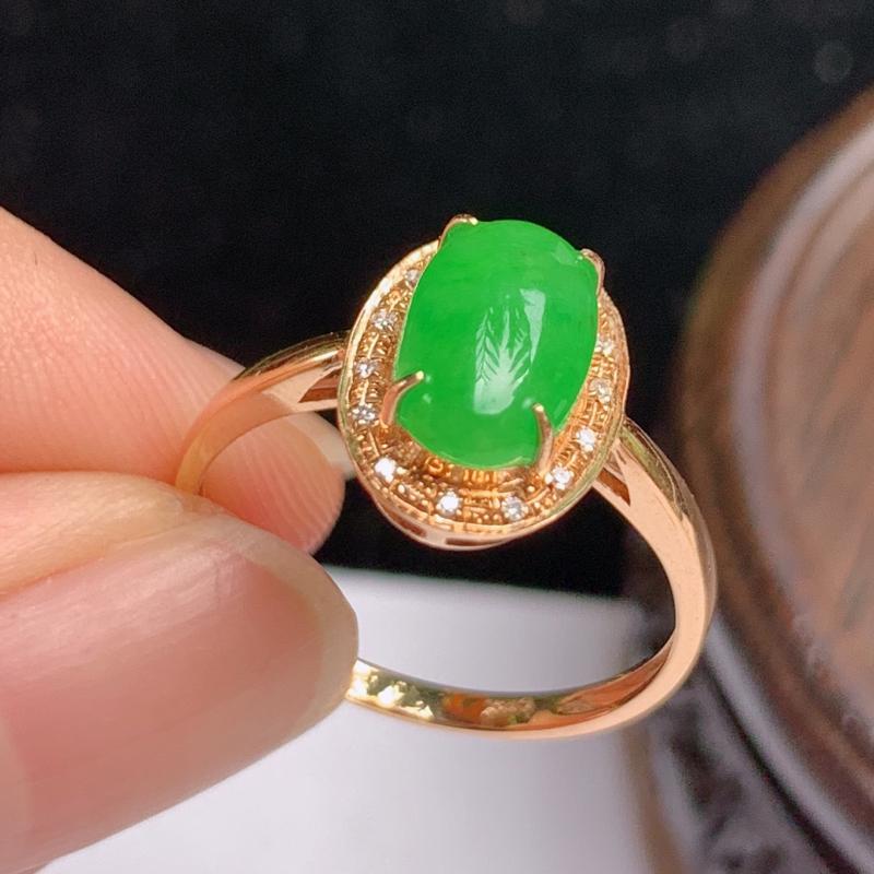 缅甸a货翡翠,18k金伴钻满绿戒指玉质细腻,颜色艳丽,有种有色,佩戴效果更好,整体12.4_9_5