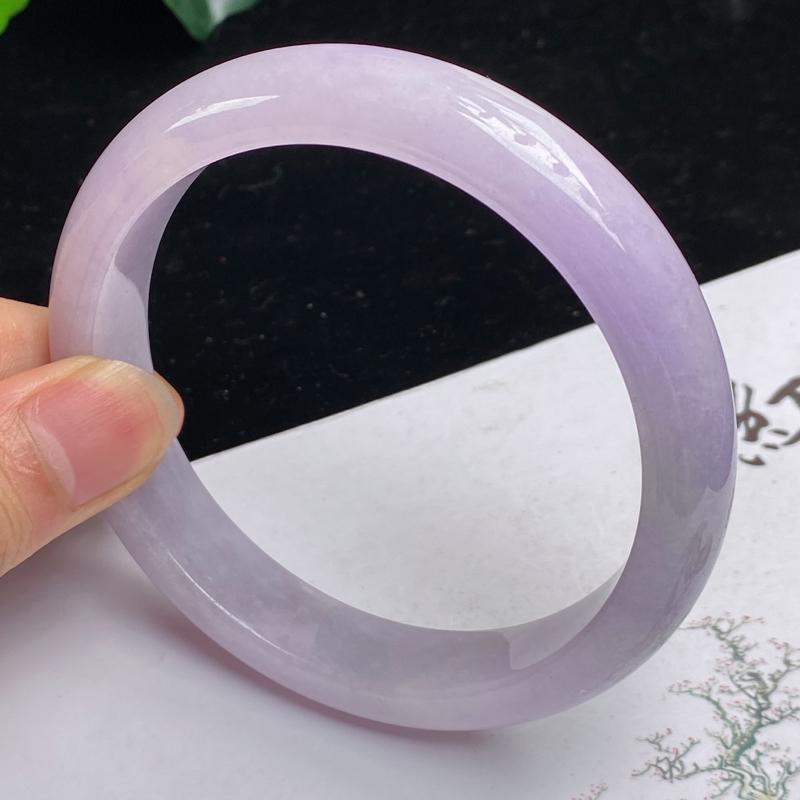 缅甸a货翡翠,水润紫罗兰正圈手镯66mm 玉质细腻,颜色艳丽,条形大方得体,佩戴效果更好
