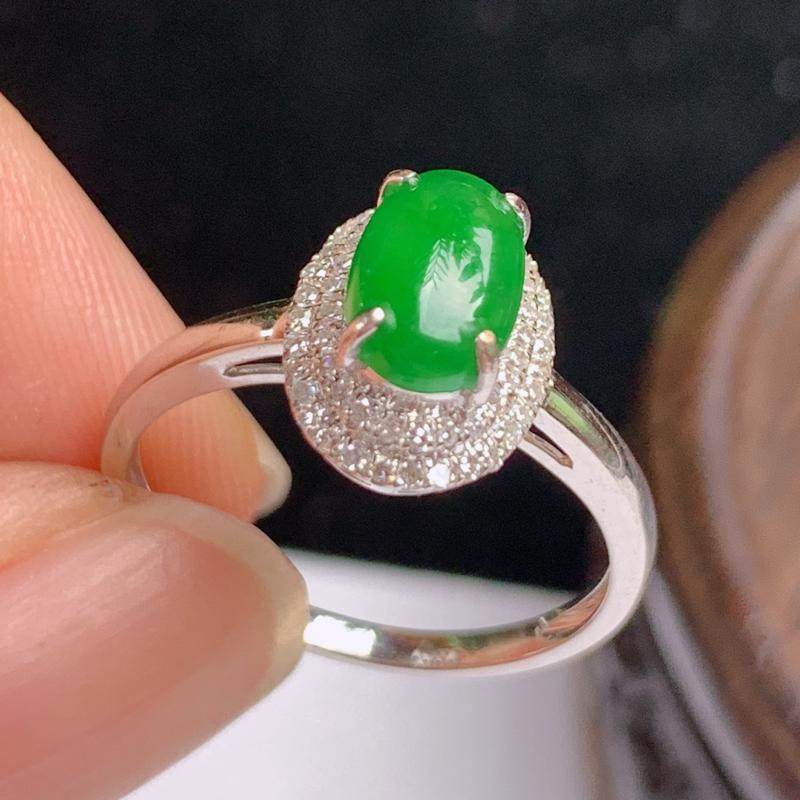 缅甸a货翡翠,18k金伴钻满绿戒指玉质细腻,颜色艳丽,有种有色,佩戴效果更佳,整体10.8_8.2