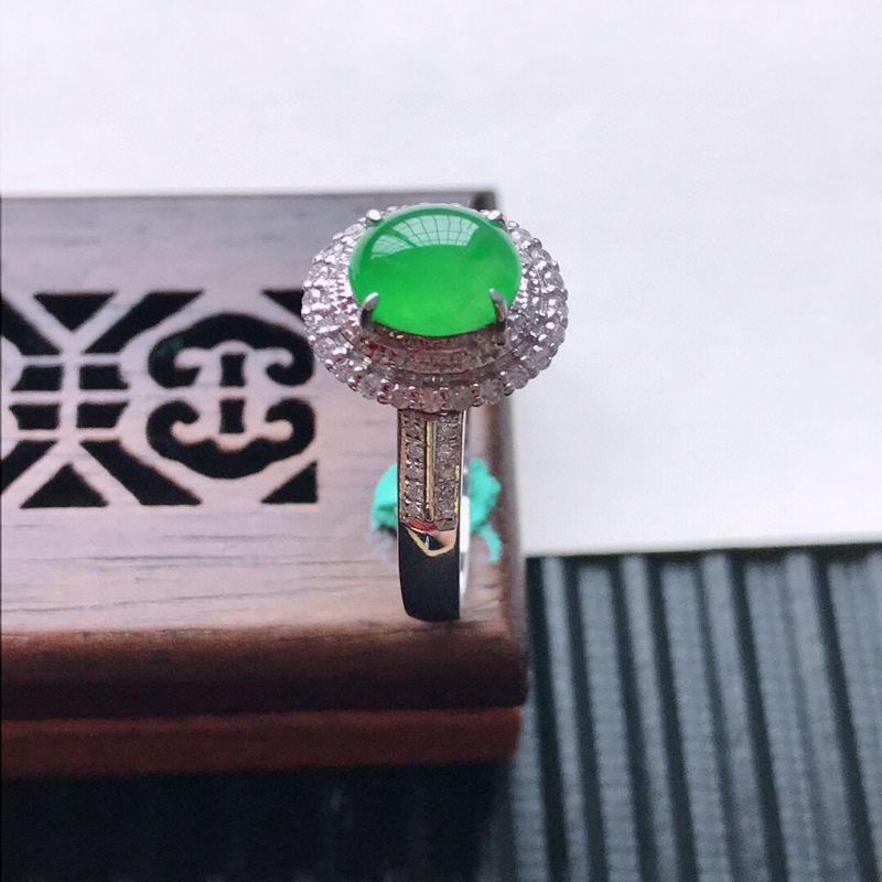天然翡翠A货18K金镶嵌伴钻糯化种满绿精美蛋面戒指,内径尺寸18.6mm, 裸石尺寸7-5.8-3m