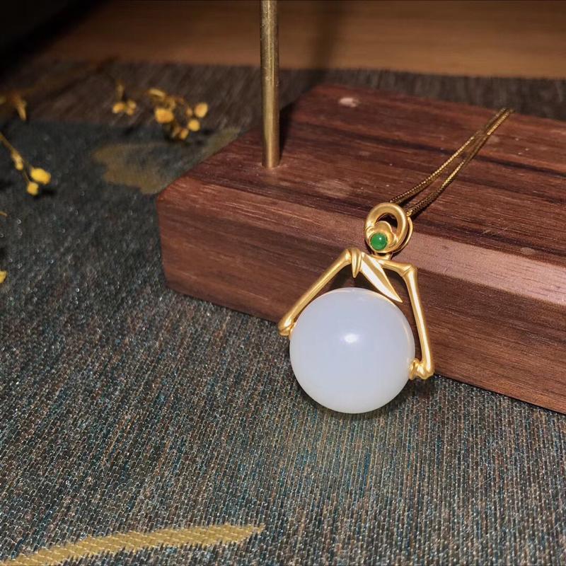 新疆和田玉新品,[色]竹报平安吊坠,平安转运珠。18k金镶嵌,配石:翡翠。有质感的磨砂工艺,这批翠点