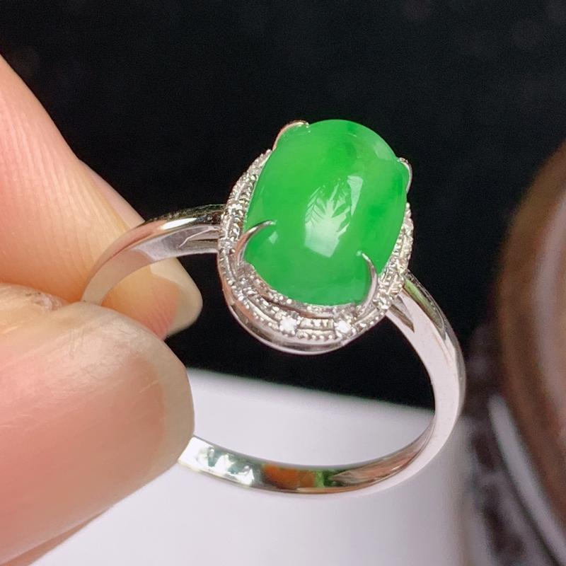 缅甸a货翡翠,18k金伴钻满绿戒指玉质细腻,颜色艳丽,有种有色,圆润饱满,佩戴效果更好,整体11.
