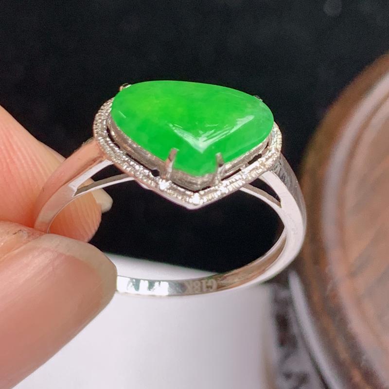 缅甸a货翡翠,18k金伴钻满绿戒指玉质细腻,颜色艳丽,有种有色,佩戴效果更好,整体8.8_12.1