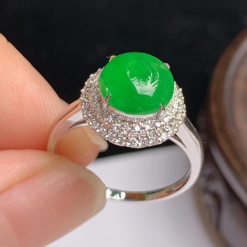 缅甸a货翡翠,18k金伴钻满绿戒指💍玉质细腻,颜色艳丽,有种有色,圆润饱满,佩戴效果更好,整体11.