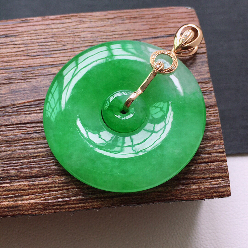 冰糯种18K金伴钻满绿色母子扣吊坠。缅甸天然翡翠A货. 品相好,料子细腻,雕工精美。尺寸:35*28