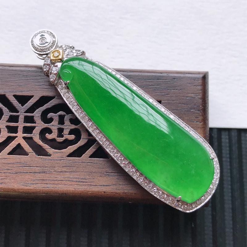 天然翡翠A货18K金镶嵌伴钻糯化种满绿精美福瓜吊坠,含金尺寸50.2-15.7-7.6mm,裸石尺寸