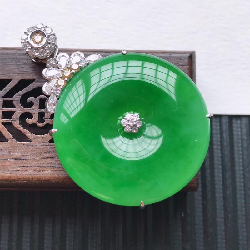 天然翡翠A货18K金镶嵌伴钻糯化种满绿精美平安扣吊坠,含金尺寸43.3-29.6-8.3mm,裸石尺