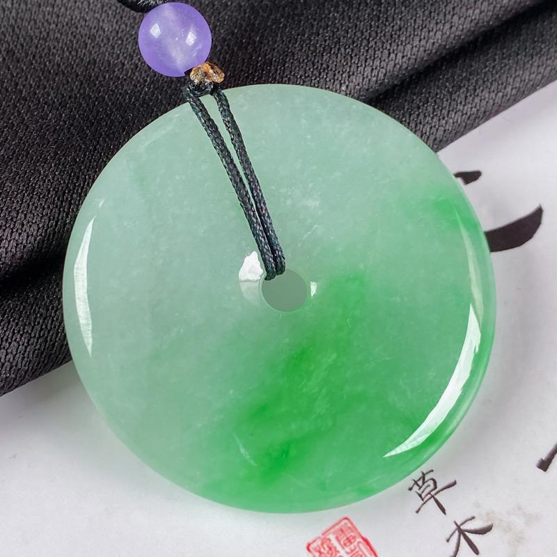 缅甸a货翡翠,水润阳绿平安扣吊坠,玉质细腻,圆润饱满,有种有色,佩戴效果更佳,顶珠为装饰