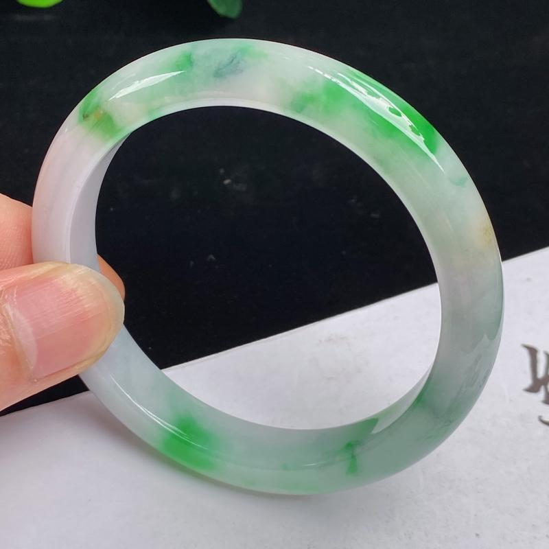 缅甸a货翡翠,水润飘绿正圈手镯56mm 玉质细腻,水润飘绿,条形大方得体,佩戴效果更好