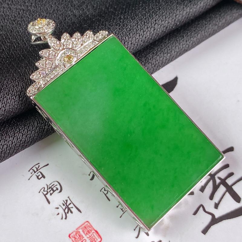 缅甸a货翡翠,18k金伴钻满绿无事牌挂件,玉质细腻,颜色艳丽,有种有色,寓意佳,佩戴效果更佳,整体4