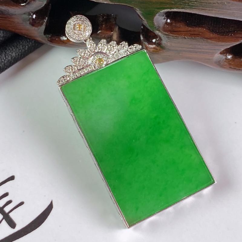 【缅甸a货翡翠,18k金伴钻满绿无事牌挂件,玉质细腻,颜色艳丽,有种有色,寓意佳,佩戴效果更佳,整体43.9_20.5_3.6mm】图4