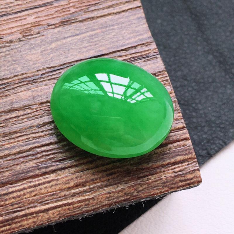 糯化种满绿色戒面。缅甸天然翡翠A货. 品相好,料子细腻,雕工精美。尺寸:15*13*7mm.