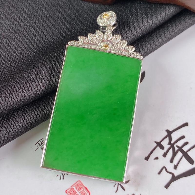 【缅甸a货翡翠,18k金伴钻满绿无事牌挂件,玉质细腻,颜色艳丽,有种有色,寓意佳,佩戴效果更佳,整体43.9_20.5_3.6mm】图3