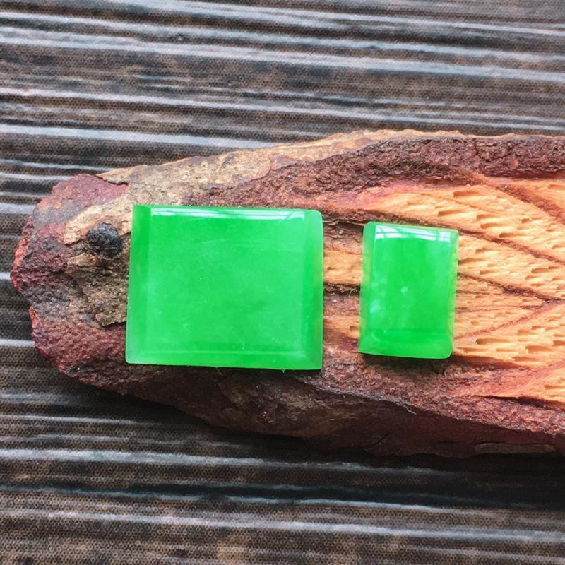 自然光实拍,缅甸a货翡翠,阳绿方形戒面一对,水润玉质细腻,雕刻精细,饱满品相佳,需镶嵌,尺寸10*8