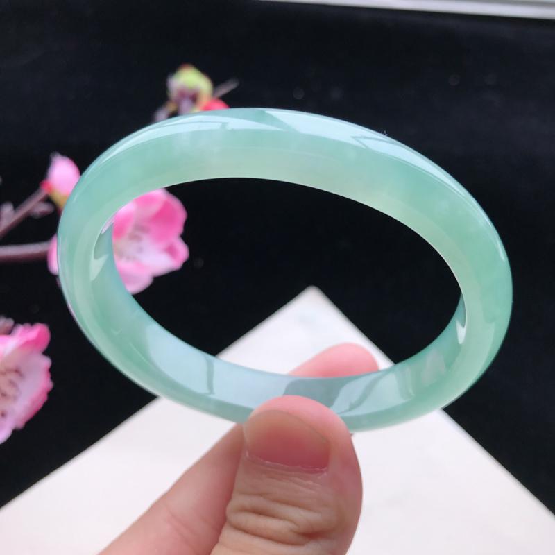 圈口:52.7mm天然翡翠A货冰糯种浅绿贵妃手镯,尺寸52.7×43×10.2×6.3mm,相当于正