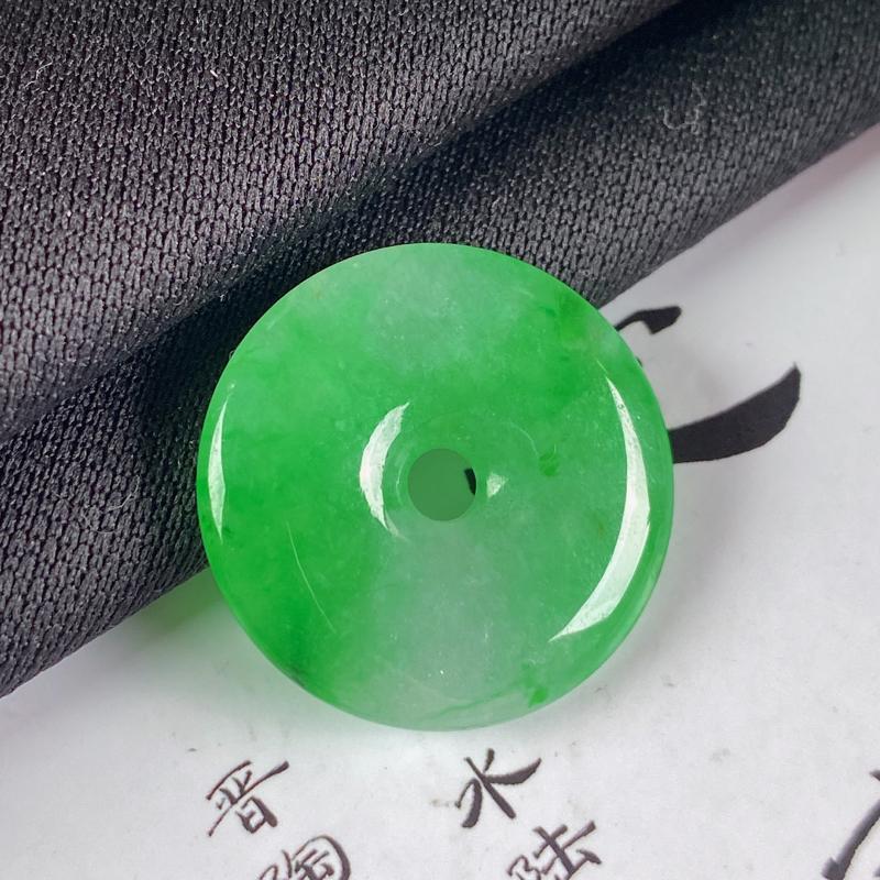 缅甸a货翡翠,水润阳绿平安扣吊坠,玉质细腻,圆润饱满,有种有色,佩戴效果更好