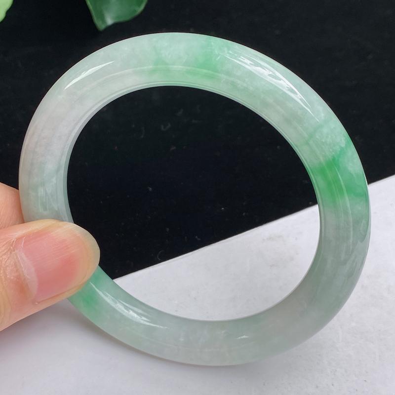 缅甸a货翡翠,水润飘绿正圈手镯54.8mm 玉质细腻,水润飘绿,圆润饱满,佩戴效果更佳