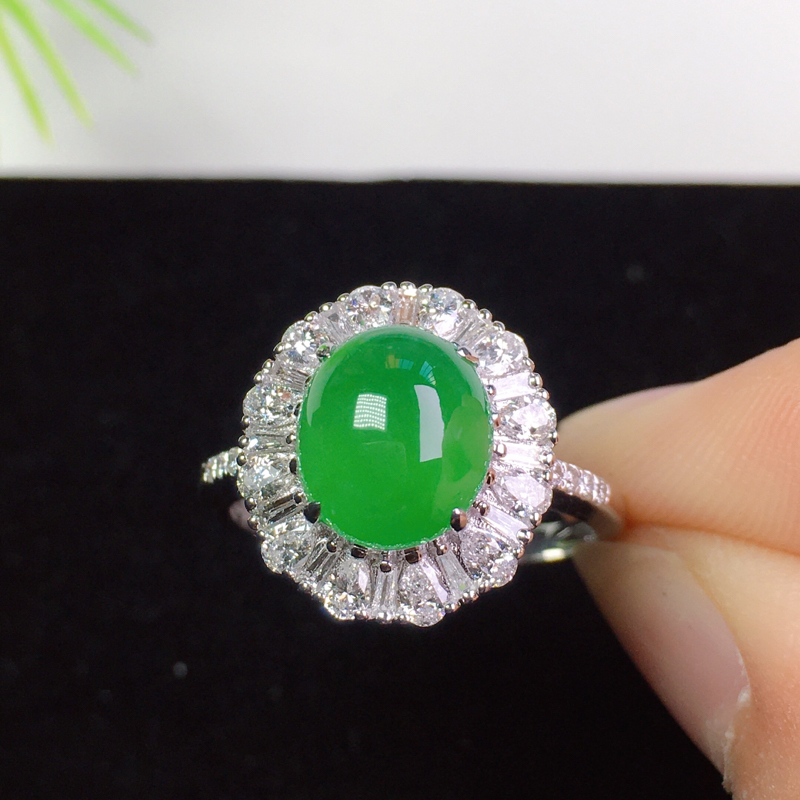 (下单有礼)阳绿戒指,时尚精美,色艳清爽!裸石:9.1*7.8*3.7