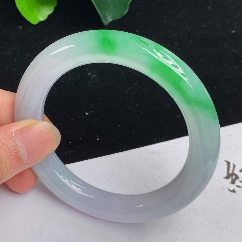 缅甸a货翡翠,水润飘绿正圈手镯59.3mm 玉质细腻,水润飘绿,条形大方得体,圆润饱满,佩戴效果更好