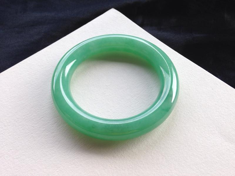 满色圆条手镯,55圈口,品质料,玉质细腻水润,色泽均匀,鲜艳醒目,有杂质无影响