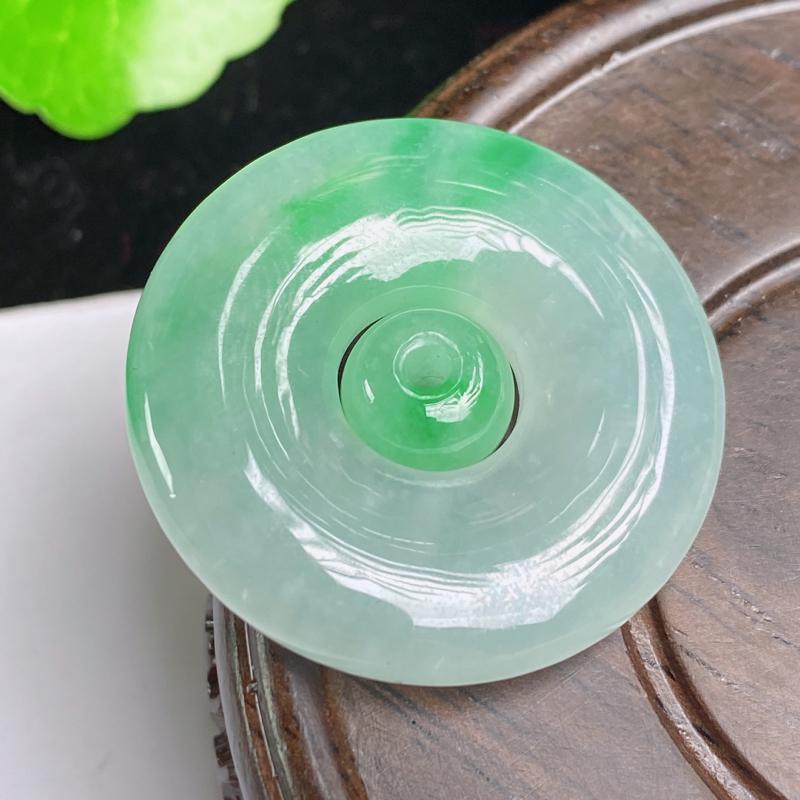 缅甸a货翡翠,水润阳绿平安扣吊坠,玉质细腻,颜色艳丽,圆润饱满,有种有色,佩戴效果更好