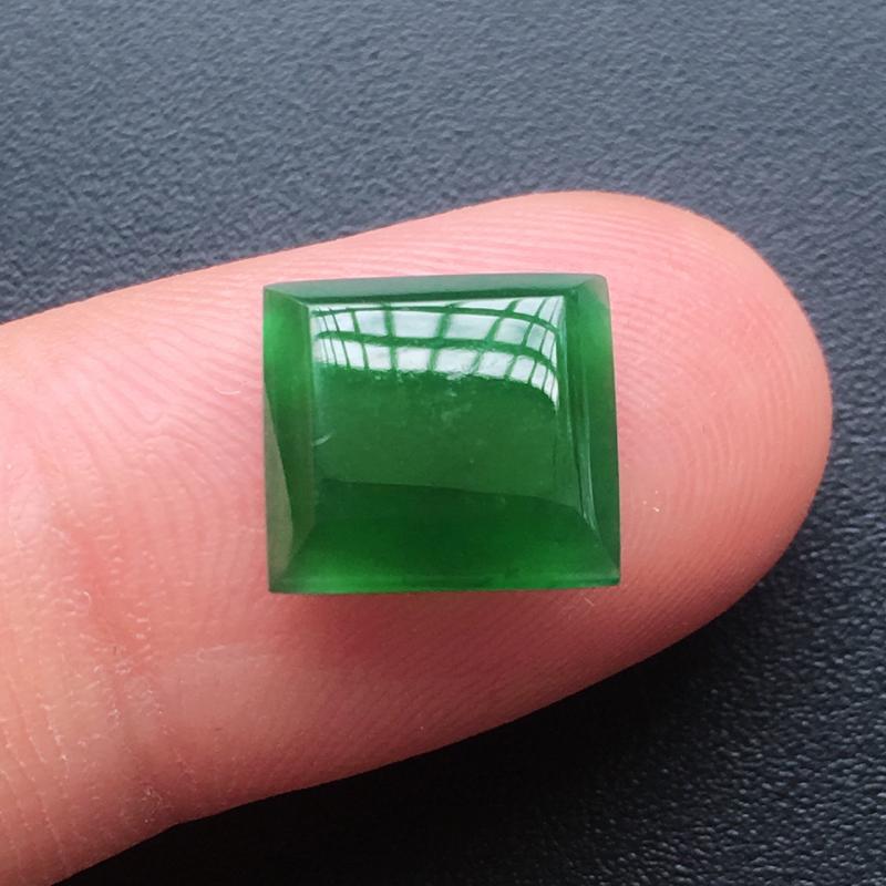 自然光实拍,缅甸a货翡翠,满绿方形戒面,种好水润,玉质细腻,雕刻精细,饱满品相佳,需镶嵌,