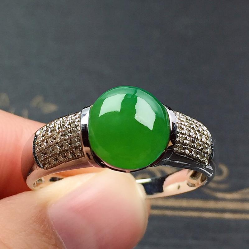 细糯翠绿男装戒指,料子细腻光滑,色泽艳丽夺目,指圈:24#,尺寸:9.2-7.9-2.8
