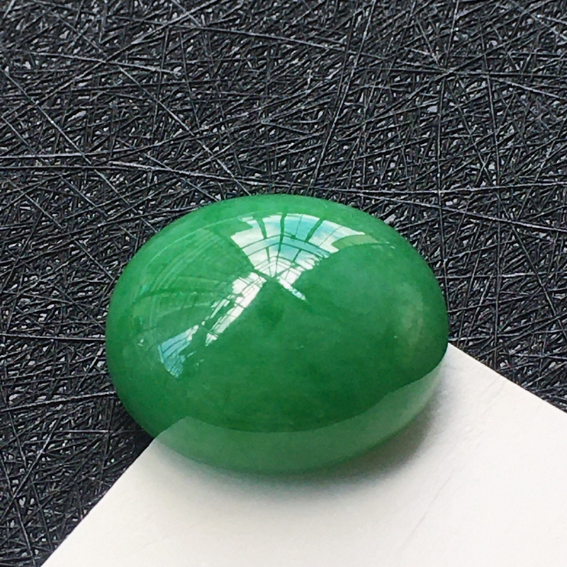 翡翠满绿蛋面戒面,种水好玉质细腻温润,颜色漂亮,镶嵌后更美丽。
