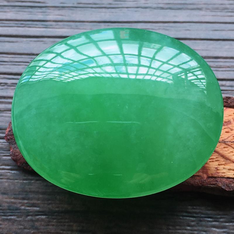 【自然光实拍,缅甸a货翡翠,满绿大蛋面,种好水润,玉质细腻,雕刻精细,大件厚装,饱满品相佳,镶嵌佳品。】图7