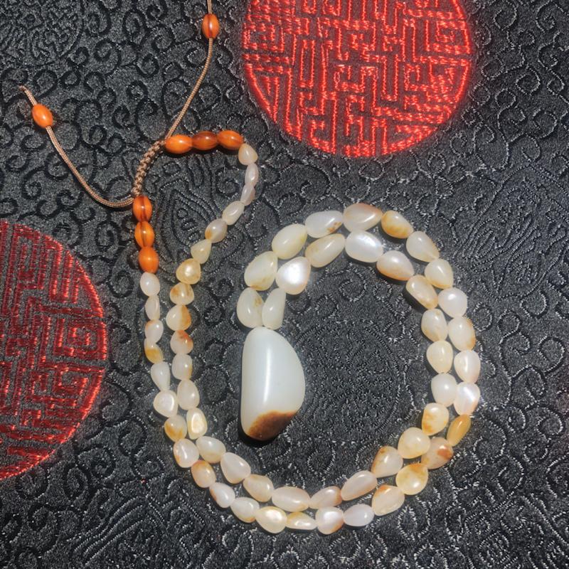 新疆和田籽玉原石项链吊坠,作品以天然和田玉籽料原石串联起来,温润的玉质,细腻的手感,优雅的皮色,无不