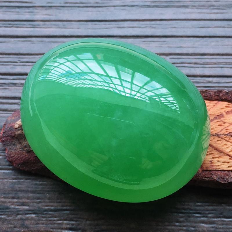 【自然光实拍,缅甸a货翡翠,满绿大蛋面,种好水润,玉质细腻,雕刻精细,大件厚装,饱满品相佳,镶嵌佳品。】图5